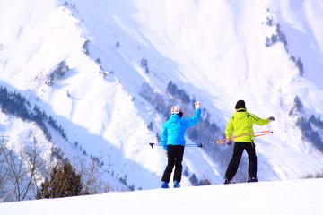 雪山と2人のスキーヤー