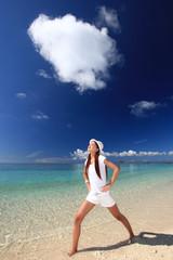 ビーチでストレッチを楽しむ笑顔の女性