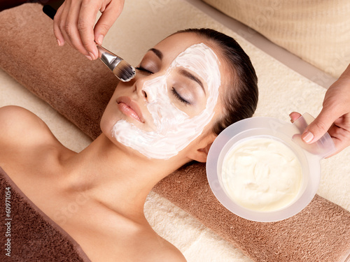 Leinwanddruck Bild Spa therapy for woman receiving facial mask