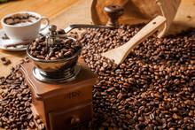 Ziarna kawy szlifierka i filiżanka kawy