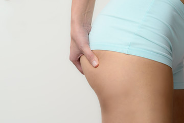 Schlanke junge Frau überprüft ihr Gewicht