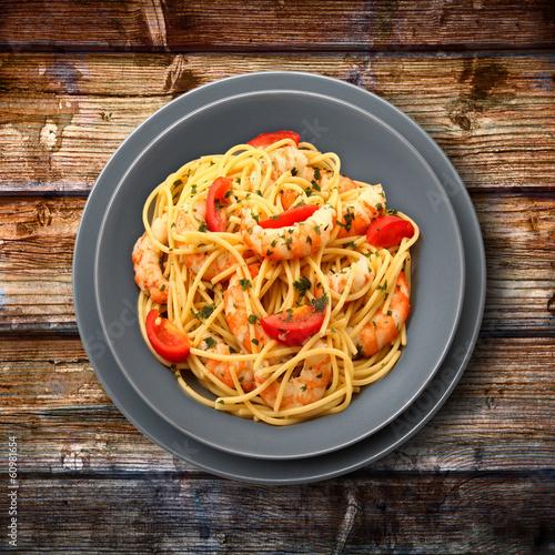 spaghetti gamberi e pomodorini su legno