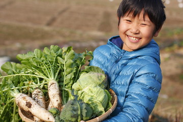 収穫を喜ぶ子供
