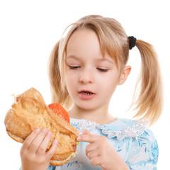 Kind hält Brötchen