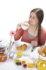 Junge Frau beim Frühstück - Kaffe trinken