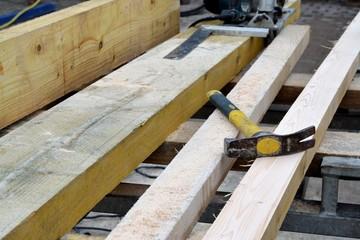 marteau sur planche de bois