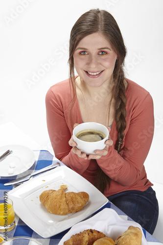 Junge Frau beim Frühstück - Kaffee trinken