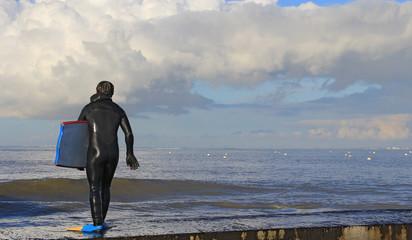 Surfeur attendant la vague