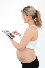 Schwangere Frau mit Taschenrechner