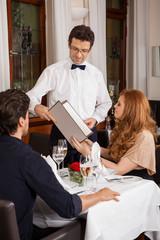 lachendes paar beim abendessen im restaurant am tisch