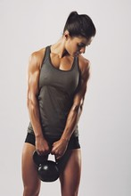 Fitness femme tenant lourde cloche de bouilloire