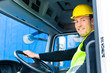 Kranfahrer fährt mit dem Kranwagen einer Baustelle
