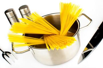 Spaghetti in Edelstahltopf