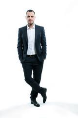 Mann im Anzug stehend, vor weißem Hintergrund