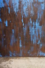 Hintergrund Holz mit Farbresten und Betonboden