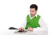 Mann isoliert tätigt eine Bestellung im Onlineshop mit Tablet PC