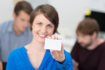 lächelnde geschäftsfrau zeigt visitenkarte