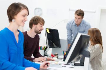 kreative mitarbeiter im büro