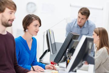 motivierte mitarbeiter am arbeitsplatz