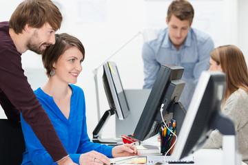 junges team arbeitet zusammen am computer