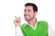 Mann schön freigestellt in Grün und Weiß mit Zeigefinger