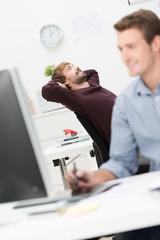 entspannter mann am arbeitsplatz