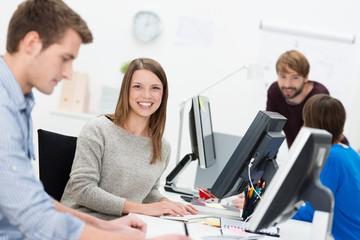 lächelnde mitarbeiterin im büro