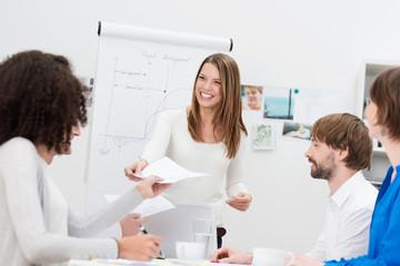 frau verteilt hand-out während einer besprechung