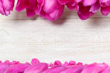 Grußkarte mit Blütenblättern und Dekosteinen