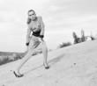 портрет девушки в дизайнерской одежде в черно-белых тонах