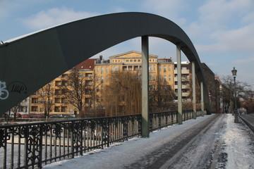 Auf der winterlichen Lessingbrücke in Berlin-Moabit