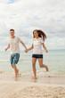 lachendes junges glückliches paar im sommer am strand