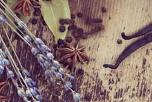 Épices sur fond de bois rustique