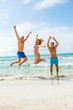 gruppe lachender junger leute am strand im sommer urlaub