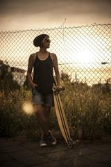 Frau mit Longboard