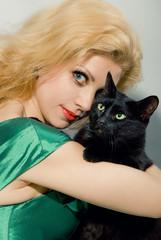 Чёрная кошка и её хозяйка