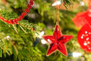Weihnachtsbaum mit rotem Schmuck