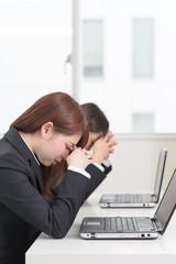仕事中に休む女性二人