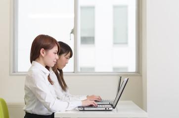 働く女性二人