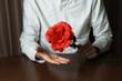 バラを持った男性
