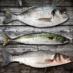 tris di pesce su legno
