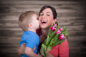 Kind schenkt mama blumen