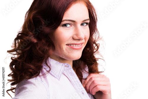 junge attraktive rothaarige Frau