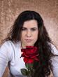 junge Frau mit einer Rose in der Hand