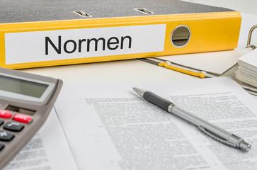 Aktenordner mit der Beschriftung Normen