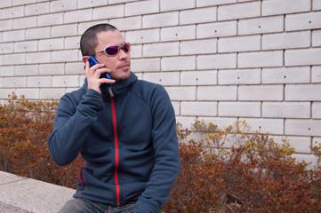 スマートフォンで話す男性