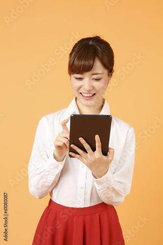 タブレットを使う女性