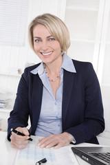 Erfolgreiche ältere Business Frau im Büro