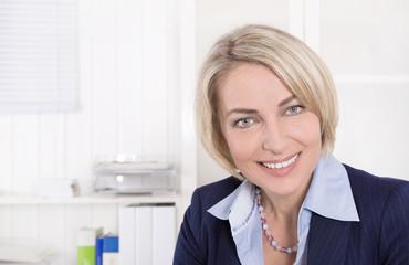 Gesicht einer älteren Frau im Business Outfit