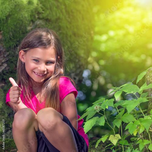 Mädchen fröhlich im Schatten mitt Sonne im Hintergrund
